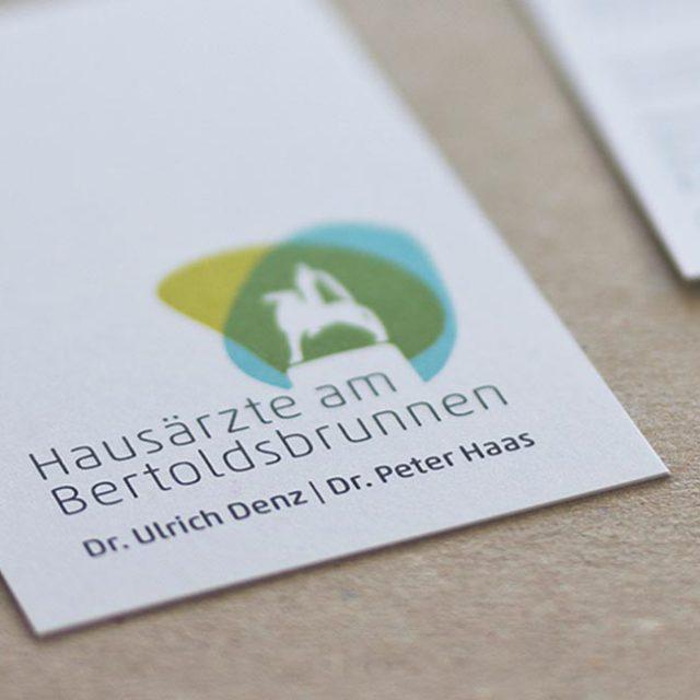 designmaleins_hausaerzte_am_bertoldsbrunnen_01
